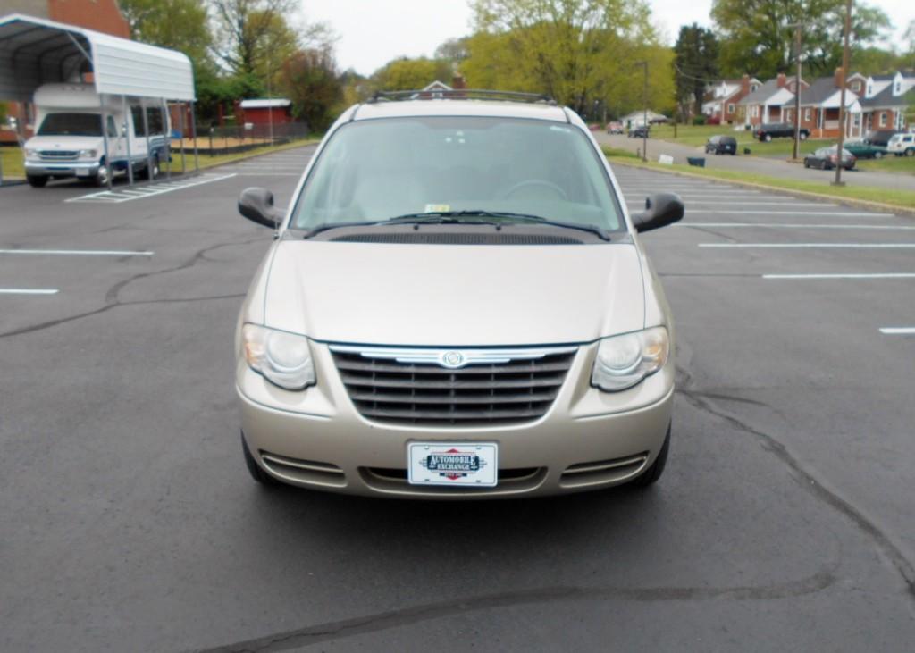 2005 Chrysler T & C 002