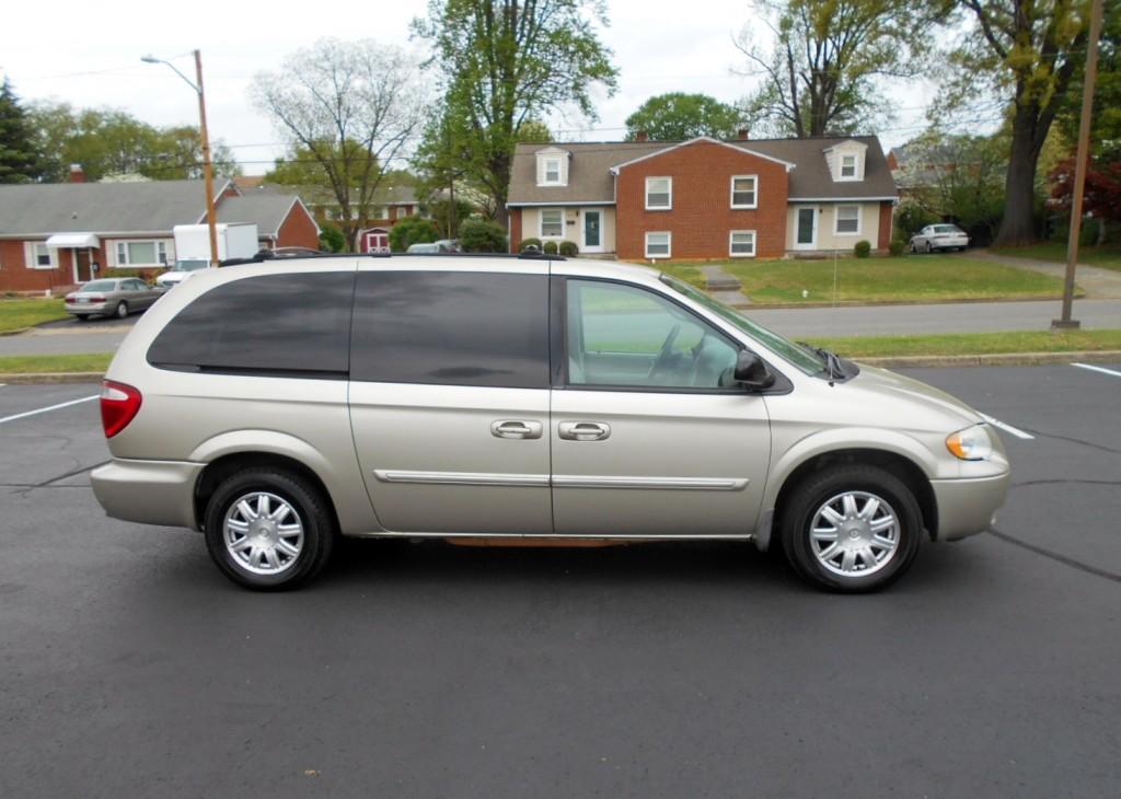 2005 Chrysler T & C 004